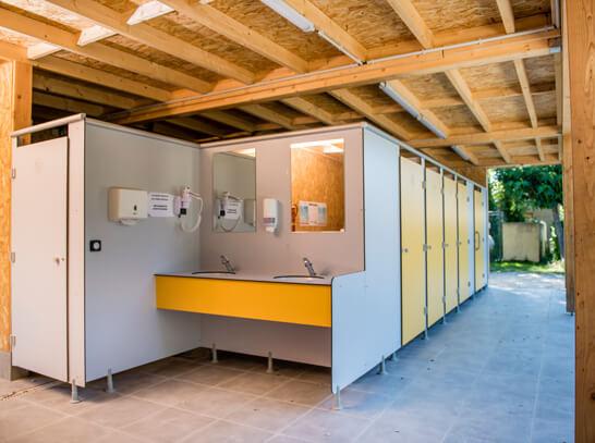 Aménagement de bloc sanitaire pour camping et hôtellerie de plein air
